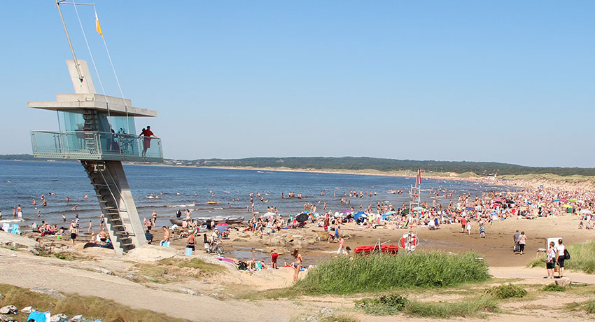The lifeguard tower in Tylösand and the beach full of bathers